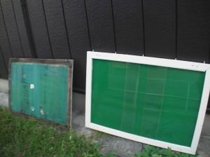 (右)改修後の掲示板 (左)取り外した以前の掲示板の板